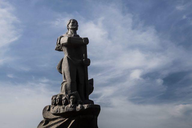 Mẹ Suốt (Tố Hữu) - Người mẹ anh hùng chèo đò trên dòng sông Nhật Lệ