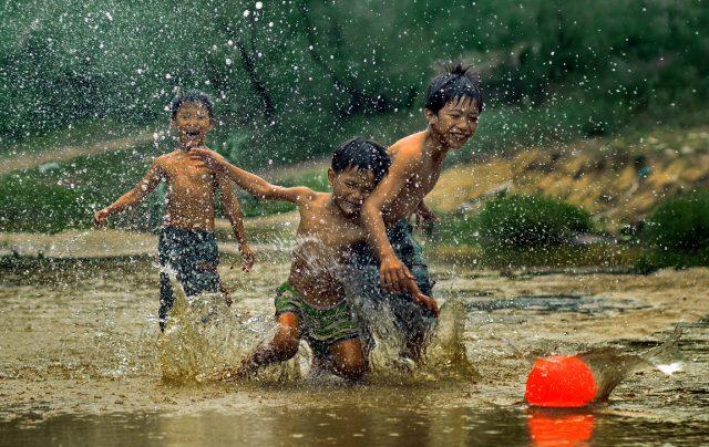 Bài thơ Một thời tắm mưa